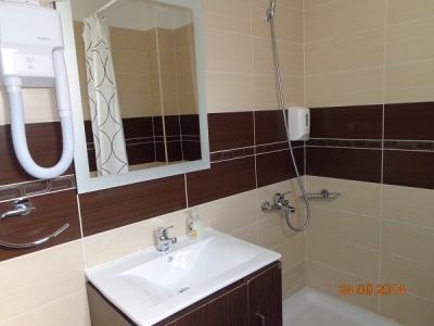 Баня и тоалетна в Керамоти апартаменти, мезонети